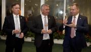 馬會行政總裁應家柏、賽馬業務及營運執行總監祁立賢及評磅及賽事策劃部主管紀禮澤祝酒同賀2016年愛彼女皇盃圓滿舉行。