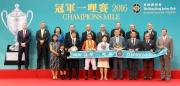 中國香港體育協會暨奧林匹克委員會會長霍震霆先生(前排右二)、香港賽馬會主席葉錫安博士(前排右一)及一眾馬會董事、行政總裁應家柏(後排左一)與「滿樂時」的馬主、練馬師及騎師,在冠軍一哩賽頒獎禮上合照。
