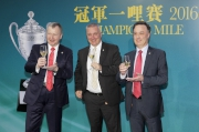 (左起)馬會行政總裁應家柏、賽馬業務及營運執行總監祁立賢與評磅及賽事策劃部主管紀禮澤祝酒,同賀2016年冠軍一哩賽及主席短途獎圓滿舉行。