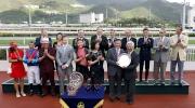 圖四、五、六<br> 馬會董事李家祥博士於頒獎禮上將獅子山錦標的冠軍銀碟頒予「佳龍駒」的馬主洪祖杭、練馬師約翰摩亞及騎師莫雷拉。
