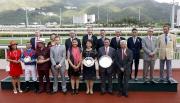 馬會主席葉錫安博士、眾馬會董事、行政總裁應家柏及頭馬「佳龍駒」的馬主及騎練,於獅子山錦標頒獎禮上合照。