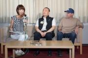 「詠彩繽紛」的練馬師蔡約翰(右)及馬主羅德榮(中)於晨操後出席記者會,接受日本當地傳媒提問。