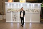 圖14、15 著名漫畫家李志清(圖14)以其生花妙筆,將香港市民參與賽馬活動的情景活現紙上,創作成全長13.5呎的《馬季開鑼畫卷》,於開鑼日在沙田馬場展出。