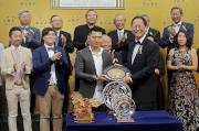 圖 4, 5, 6<br> 東方表行沙田錦標頒獎禮上,馬會董事陳南祿(前排右一)將獎盃及紀念銀碟頒予「威爾頓」的馬主鄭強輝代表、練馬師約翰摩亞及騎師田泰安。