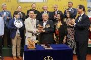 東方表行集團主席楊明標博士伉儷(右)致送紀念品予「威爾頓」的馬主代表。