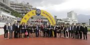 騎師羅理雅、練馬師葉楚航與「天才」的馬主及親友賽後在凱旋門祝捷。