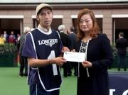 「威爾頓 」獲得浪琴表馬會盃最佳外觀馬匹獎,LONGINES香港區副總裁歐陽楚英(右),頒發二千元獎金予負責料理該駒的馬房助理。
