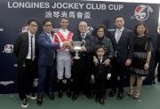 「天才」的馬主及騎練於頒獎禮後合照。
