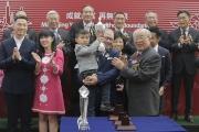 中銀國際控股有限公司副董事長林廣兆致送紀念品予「美麗大師」的馬主代表。