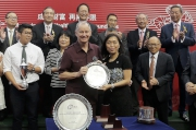 Mrs Ann Kung Yeung Yun Chi, Deputy Chief Executive, Bank of China (Hong Kong) Limited, presents a silver dish to winning trainer John Moore.