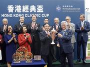 圖五, 六, 七<br> 在賽後舉行的頒獎禮上,馬會董事楊紹信將冠軍獎盃及鍍金碟頒予香港經典盃頭馬「佳龍駒」的馬主洪祖杭、練馬師約翰摩亞及騎師莫雷拉。