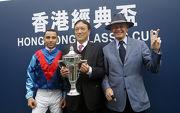 (左起) 香港經典盃勝出馬匹「佳龍駒」的騎師莫雷拉、馬主洪祖杭及練馬師約翰摩亞賽後與傳媒分享勝利喜悅。
