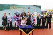 圖5, 6, 7: 香港賽馬會董事周松崗爵士於頒獎禮上頒發港澳盃及冠軍銀碟予頭馬「無敵飛龍」的馬主代表、練馬師約翰摩亞及騎師祈普敦。