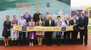 一眾香港賽馬會董事及行政總裁應家柏、澳門賽馬會副主席兼執行董事梁安琪(前排右四)、 一眾澳門賽馬會董事及高層、與「無敵飛龍」的馬主代表及騎練,於港澳盃頒獎禮上合照。