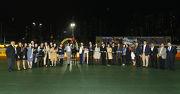 「萬馬飛騰」馬主大華賽馬團體的成員與親友拉頭馬拍照祝捷。