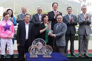 圖五、六、七<br> 馬會董事廖長江將沙田銀瓶冠軍獎盃及銀碟頒予「永旺年年」的馬主張佩珠、練馬師沈集成及騎師麥偉利。