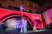 中國天津市雜技團將雜技和西方芭蕾完美結合,高難度演出「肩上芭蕾」。