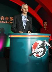 國泰航空公司行政總裁湯彥麟在派對上致辭。