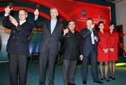 (右三起) 香港賽馬會行政總裁應家柏、施文信、湯彥麟及國泰航空公司銷售及市場董事何杲在國泰航空香港國際賽事派對上向來賓祝酒。